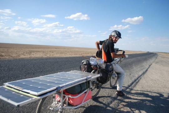 un autre vélo électrique avec panneaux solaires